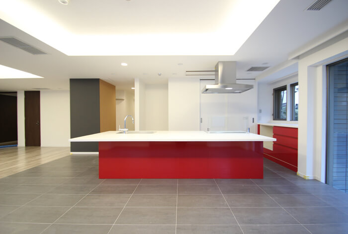 家族の中心に赤いキッチン